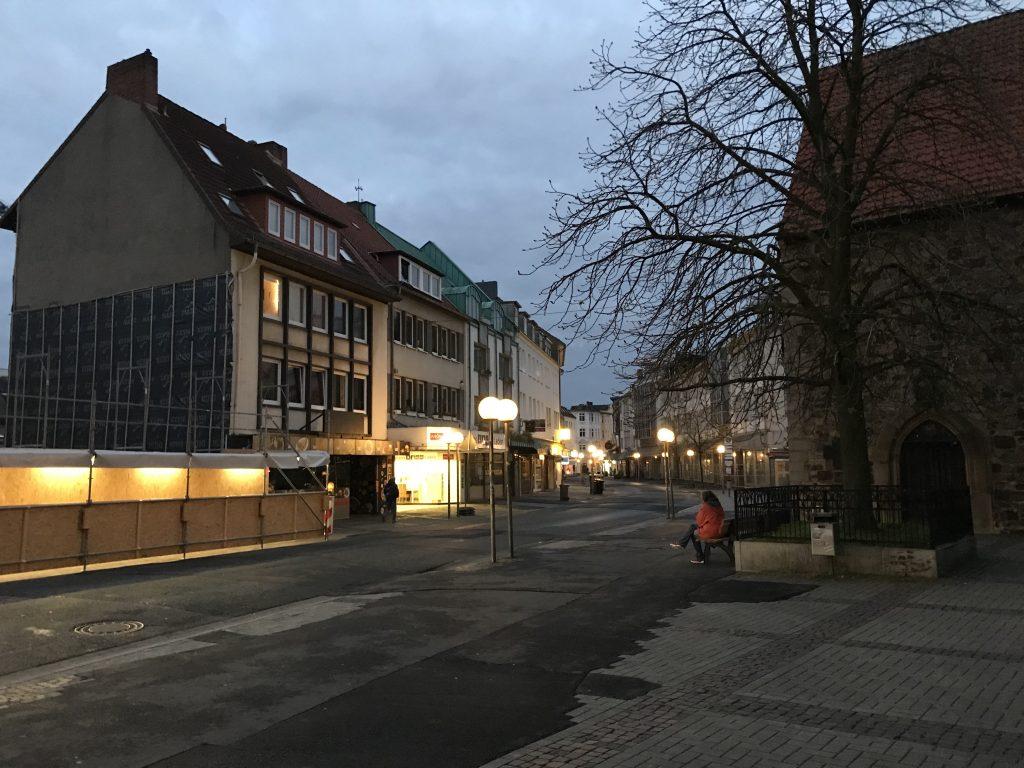 Die Johannisstraße vom Vorplatz der Johanniskirche zum Neumarkt hin fotografiert.